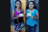 Crianças mostram folheto com mensagem cristã. (Foto: Reprodução/MNN)