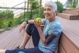 Fazer exercícios e ter uma dieta equilibrada reduz o risco de aparecimento de doenças cardiovasculares, câncer e diabetes. (Foto: Getty Images/BBC)