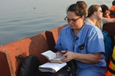 Missionária médica se locomove até ilha para atender pacientes, em Angola. (Foto: Reprodução / Calvary Chapel Entebbe)