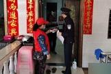 Na cidade de Sanya, na província de Hainan, um membro da equipe da comunidade, juntamente com um policial, vai de porta em porta para verificar as informações de identificação dos residentes. (Foto: Reprodução/Bitter Winter)