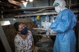Mulher em lágrimas em meio à pandemia de Covid-19 em Lima, no Peru. (Foto: Rodrigo Abd/AP)