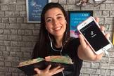 Brenda grava os vídeos sobre a Bíblia em casa, com o próprio smartphone (Foto: Olinda Matos/Adventistas)