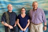 Depois de assistir culto online, Lisa Cohen Huff foi batizada pelo pastor Jimmy Stewart (à direita). (Foto: Arquivo pessoal)