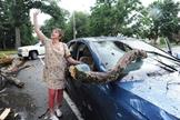 Debby Clish aponta para o céu em agradecimento a Deus, após se livrar de um acidente nos EUA. (Foto: Marc Vasconcellos/The Enterprise)