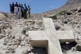Grupo de moradores posando junto à cruz antiga no Paquistão. (Foto: Reprodução / Pamir Times)