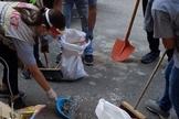 Os voluntários do Heart for Lebanon ajudam a limpar igrejas, apartamentos e ruas. (Foto: Reprodução / Facebook)