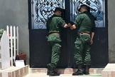 Policiais fecham portas da igreja em Boudjima, Argélia, em 22 de maio de 2019. (Foto: Reproduç