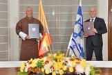 Embaixadores de Israel e do Butão em cerimônia de assinatura na Índia. (Foto: Embaixada de Israel em Nova Delhi via Reuters)