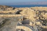 Local da sala do trono do rei Herodes Antipas em Maquero, na Jordânia, com o Mar Morto ao fundo. (Foto: Prof. Gyozo Voros)