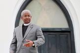 Rev. Anthony Thompson do lado de fora da Igreja Metodista Episcopal Africana Emanuel em Charleston, na Carolina do Sul. (Foto: Reuters/Randall Hill)