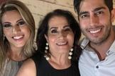 Sara Nemer com os filhos, o humorista Jonathan Nemer e a cantora Rebeca Nemer. (Foto: Instagram/Sara Nemer)