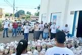 No total, o Campo da Assembleia de Deus Sagrada Família arrecadou 4,132 toneladas de alimentos. (Foto: Reprodução / A Tribuna)