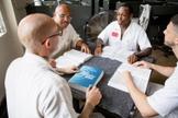 Quatro homens encarcerados estudam a Bíblia de Recuperação de Vida distribuída pela Prison Fellowship durante a pandemia de Covid-19. (Foto: Reprodução / Prison Fellowship)