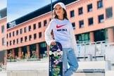 "Rayssa Leal segura skate com o sticker ""I Love Jesus"". (Foto: Rayssa Leal/Instagram)"