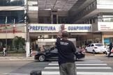 O evangelista Moisés pregando em frente a prefeitura de Guapimirim (RJ). (Foto: Reprodução/Facebook).
