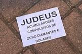 Um dos panfletos jogados em condomínios da Barra da Tijuca (Foto: Reprodução / Extra)