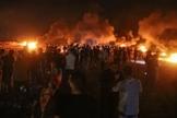 Palestinos protestam durante a noite perto da fronteira com Israel, a leste da Cidade de Gaza, em 28 de agosto de 2021. (Foto: Atia Mohammed/Flash90)