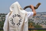 Em Jerusalém, Moshe Silver toca o shofar em Rosh Hashanah. (Foto: Reprodução / Moshe Silver / Times of Israel)