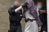 Homem detido por policiais em conexão com o suposto ataque planejado contra a sinagoga Hagen. (Foto: Reprodução / dpa/AFP)
