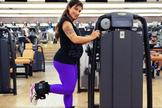 Grávida, Jaque Khury faz musculação e exercícios para melhorar postura. (Foto: Junior Lago/UOL)