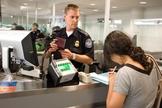 É preciso estar preparado para encarar os oficiais de imigração nos aeroportos internacionais. (Foto: James Tourtellotte/Flickr/U.S. Customs and Border Protection)