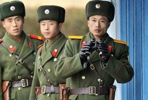 Soldados do exército norte-coreano vigiam fronteira com a Coreia do Sul. (Foto: AFP - Getty Images)