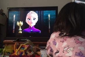 Criança assistindo o filme Frozen na televisão de sua casa. (Foto: Reprodução)