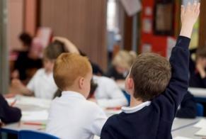 Crianças participam de aula em escola da Escócia. (Foto: BBC)