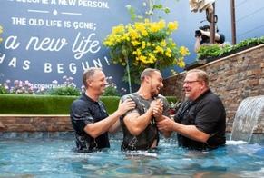 O pastor celebrou o fato de sua igreja se tornar a primeira na história dos Estados Unidos a batizar 50 mil pessoas. (Foto: Saddleback Church).