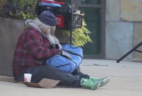 Uma cena mostra o pastor disfarçado sentado do lado de fora de outro campus da Harvest Bible Chapel. (Foto: Reprodução).
