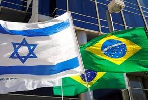 Bandeiras de Israel e do Brasil diante do prédio de escritórios da Embaixada do Brasil em Tel Aviv. (Foto: Jack Guez/AFP)