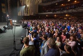 Franklin Graham falando aos novos convertidos no evento, após meses de oposição em Blackpool, na Inglaterra. (Foto: Associação Evangelística Billy Graham)