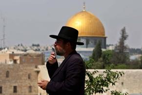 Judeu ortodoxo ora nas proximidades do Muro das Lamentações, em Jerusalém. (Foto: Ahmad Ghaeabli/AFP/VEJA)