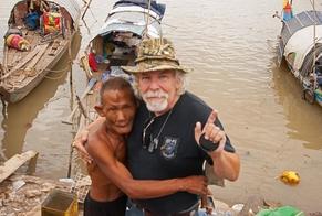 Thomas Faunce tem distribuído livros bíblicos em países marcados por conflitos. (Foto: Reprodução/Facebook)