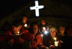 Cristãos oram por vítimas de violência religiosa. (Foto: Reprodução/Renascença)