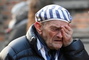 Sobrevivente chora no campo de concentração de Auschwitz, na Polônia, nesta segunda-feira (27), durante cerimônia que lembra os 75 anos da libertação. (Foto: Jakub Porzycki/Agência Gazeta via Reuters)