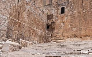 Antiga rua construída por Pôncio Pilatos termina perto das escadas no sul do Muro das Lamentações. (Foto: Shutterstock)