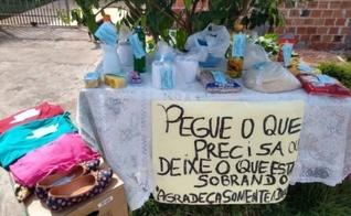 Dalci de Lima montou uma mesa em frente à sua casa com doações para aqueles que perderam renda. (Foto: Arquivo pessoal)