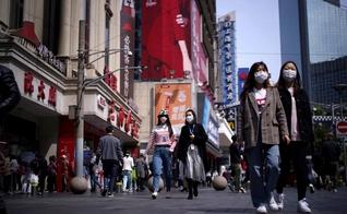 Pessoas usam máscaras em meio ao surto de Covid-19 em Xangai, na China. (Foto: Reuters/Aly Song)