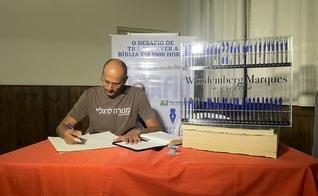 Wandemberg Marques recebeu o reconhecimento como o mais rápido copista da Bíblia. (Foto: Arquivo pessoal)