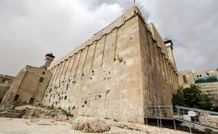 O Túmulo dos Patriarcas é reverenciado por muçulmanos e judeus, em Hebrom. (Foto: Jim Hollander/EPA)