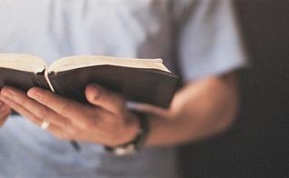 Leitura da Bíblia. (Foto: naszafara.pl)