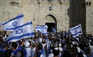 Judeus erguem bandeiras de Israel, durante manifestação anual, em Jerusalém. (Foto: The Times Of Israel)