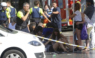 O ataque terrorista em Barcelona deixou pelo menos 13 mortos e 100 feridos. (Foto: AP Photo/Oriol Duran)