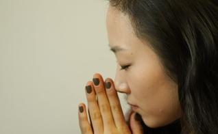 Imagem ilustrativa de mulher asiática orando. (Foto: Shutterstock)