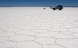 Salar do Uyuni, na Bolívia, não é bem uma estrada. É o maior deserto de sal no mundo. (Foto: Pedro Szekely/Creative Commons)