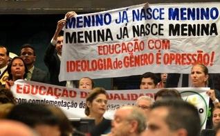 A constituição brasileira, atual, permite que a decisão de apoiar ou não a ideologia do gênero seja feita por cada cidadão. (Foto: Escola Sem Partido)