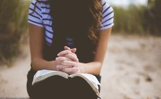 Leitura da Bíblia e oração. (Imagem: Getty)