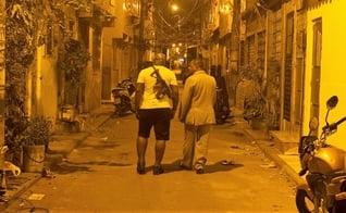 Pastor André Assis caminha ao lado de traficante no Complexo da Maré, no RJ. (Foto: ALAN LIMA - El País)