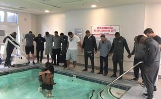 Marcus Johnson foi batizado na piscina do hotel antes do jogo de futebol. (Foto: Reprodução/Twitter)